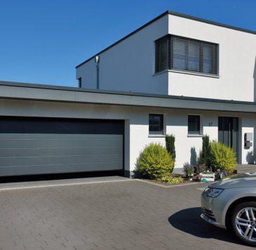 Porte de garage : Porte de garage grise sectionnelle motorisée