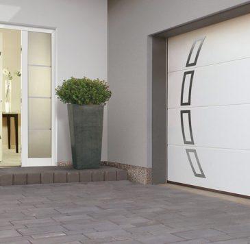Porte de garage : Porte de garage motorisée blanche et porte d'entrée avec deux parties vitrées latérales