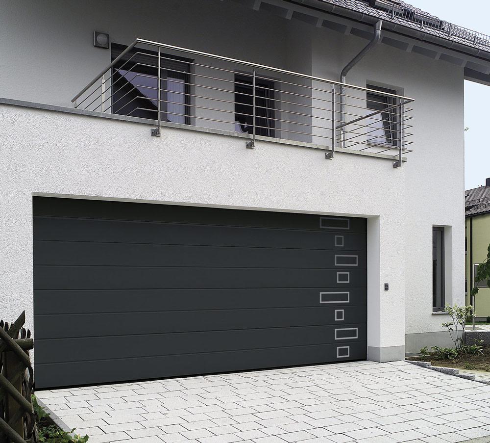 Porte de garage : Porte de garage sectionnelle motorisée avec carreaux vitrées