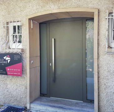 Portes entrée : Porte d'entrée aluminium mat posée sous arche