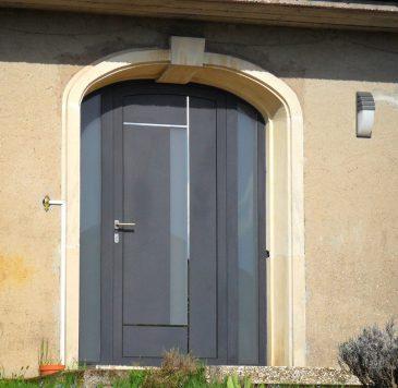 Portes d'entrée : Porte aluminium sur-mesure sous arche