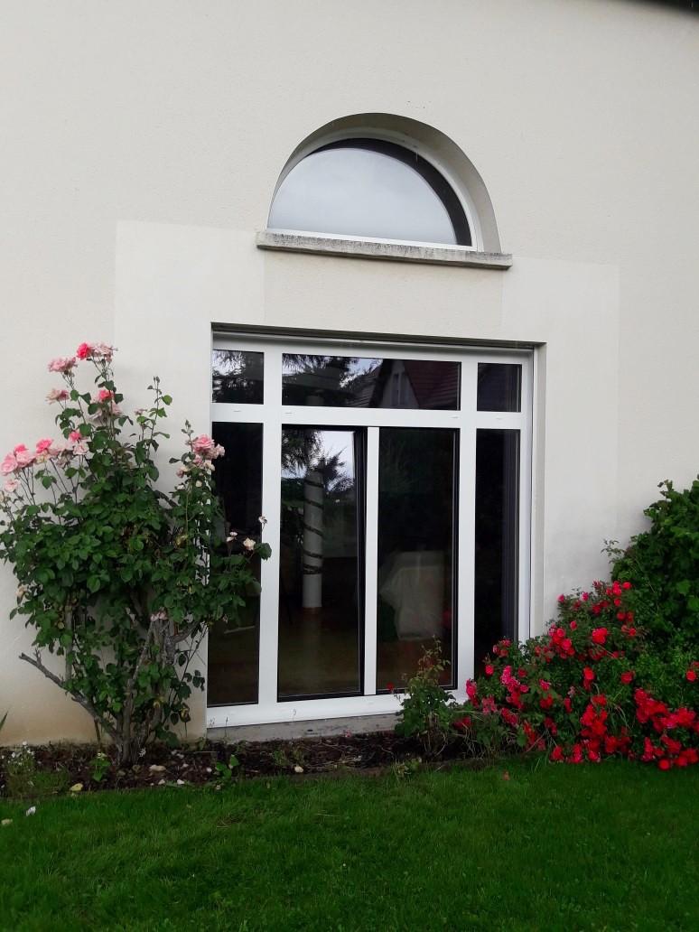 Ensemble constitué de Fenêtre, porte-fenêtre et fenêtre demi-arrondie d'une maison individuel